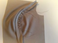Hong Kong Seam Finish – Part 2 – Itch To Stitch Hong Kong Seam Finish – Convex Curve – Tutorial Sewing Basics, Sewing For Beginners, Sewing Hacks, Sewing Tutorials, Sewing Projects, Sewing Tips, Pattern Drafting Tutorials, Dress Tutorials, Sewing Ideas