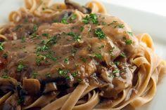 Χοιρινό φιλέτο σοτέ με μουστάρδα, μανιτάρια σερβιρισμένο με ταλιατέλες. Μια εύκολη συνταγή (από εδώ) για ένα πεντανόστιμο, ελαφρύ και χορταστικό πιάτο για