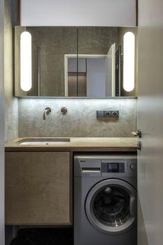 Původně stísněná koupelna byla zvětšena a nyní má alespoň 2,43 m² . Místo dlaždiček byla použita stěrka a nábytek je stejně jako v celém bytě z březové překližky - ProŽeny.cz