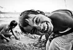 """O primeiro passo para ir ao encontro com a felicidade de outras pessoas foi abandonar a carreira de 10 anos como bancária para conhecer o mundo fazendo trabalho social: """"Fui em busca do que eu sou e do que quero fazer"""", diz a fotógrafa Angelina Yamada, de 33 anos. Para reunir os cliques de felicidade ganhos durante suas viagens, feitas por dez países entre 2012 e 2013, a paulistana Angelina fez este mês uma exposição, durante o 17º Festival do Japão.""""Quis mostrar a felicidade em pequenos…"""