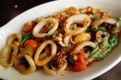 Prova anche tu a preparare una squisita pietanza di fregola sarda ai calamari e rucola, il cous cous sardo ti stupirà!