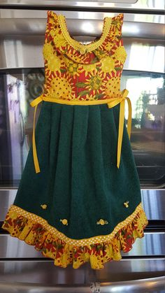 This uniquely functional dress is actually a kitchen towel and is made to hang on an oven door or on a towel bar. Quality hand made one of a kind. Completely washable. The dress is approx. 20 inches long. 100% cotton. NOTE: Changes made to in-stock items will incur an additional $10 fee. Custom item pricing starts at $34, but can vary depending on style, color and fabric choice availability. ✿ Want a different color? Let me help you find a combination that will work just for you, all you…