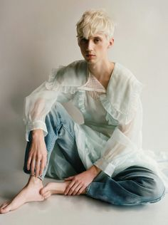 hes wearing an old lady's curtain Troye Sivan Photoshoot, Beautiful Boys, Pretty Boys, Pretty Men, Troye Silvan, Troye Sivan Songs, Androgynous Fashion, Androgyny, Tyler Oakley