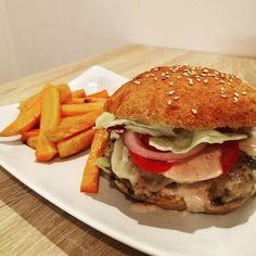 Megszületett az általunkkészített,eddigi legfinomabb hamburger zsemle recept, amit paleo diétázóknak, élesztőre érzékenyeknak, tejérzékenyeknak ésgluténérzékenyeknek is javaslok.  Hihetetlenül finom, puha zsemle lesz az eredmény, ami szerintemfinomabb a hagyományos hamburger zsemlénél is. Sz Hamburger, Paleo, Beach Wrap, Burgers, Paleo Food