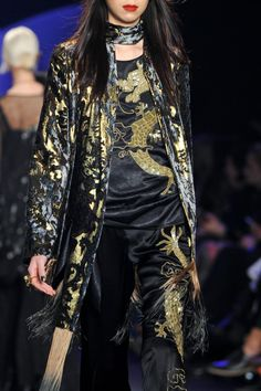 Inspiración Klaleesi en Chez Agnes -> http://chezagnes.blogspot.com/2016/05/moda-fuera-de-serie-modern-khaleesi.html #GameofThrones #Got #JuegodeTronos #JdT #Khaleesi #Fashion #moda  House Targaryen - Anna Sui fall 2014