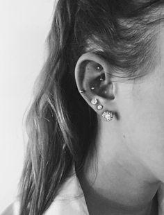 Snug ear piercing, rook ear piercing, triple piercing, cool ear piercings Source by emmablasser Piercing Snug, Triple Piercing, Piercing Face, Rook And Conch Piercing, Rook Piercing Jewelry, Double Cartilage, Piercings Tumblr, Spiderbite Piercings, Ear Peircings