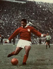 Eusébio, a lenda! Pure Football, Football Soccer, Portugal Soccer, Association Football, Good Soccer Players, Foto Real, School Football, Sports Clubs, Team Player
