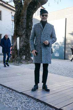 """ピッティウオモといえば、年に2度だけ行われる世界最大規模のメンズファッションブランド展示会だ。コレクション会場と違い、ビジネスのために世界各国からファッション業界を牽引するバイヤー達が集う場でもあるため、リアルな最先端のビジネススタイルをチェックできる。今回は、2017年1月に行われた""""ピッティウオモ 91""""にフォーカスして注目の着こなしを紹介! アルスターコート×タイドアップシャツスタイル ネイビーのアルスターコートに、ホワイトタイドアップシャツを合わせたスタイリング。タイにネイビーをチョイスして統一感のある雰囲気に。足元はホワイトレザースニーカーをチョイスして軽快な印象をプラス。 TAGLIATORE(タリアトーレ) ポロコート イタリア語で裁断士の意味を持つ「TAGLIATORE(タリアトーレ)」。ワイドラペルが男性的なたくましさを演出するダブルコート。 詳細・購入はこちら adidas STAN SMITH ギネス上、世界で一番履かれているスニーカーと記録されているアディダスのスタンスミス。 詳細・購入はこちら ブラックチェスターコート×カモ柄大判ストール×ブラッ..."""