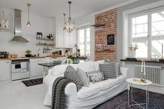 fr wp-content uploads 2016 06 comment-amenager-un-petit-studio-mur-en-briques-rouges-tapis-gris-canape-blanc. Studio Apartment Design, Apartment Interior, Living Room Interior, Apartment Living, Living Rooms, Small Apartments, Small Spaces, One Bedroom Flat, Deco Studio