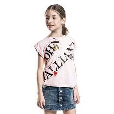 john-galliano-girls-pale-pink-logo-t-shirt-165509-21b19b2399e3b95451ba51da98f616fdd64e517a-outfit.jpg (1000×1000)