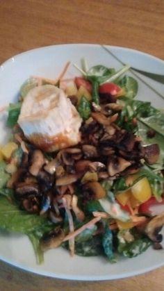 Bunter Salat mit gebratenen Champignons und gratiniertem Ziegenkaese