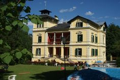 Uite cum arata Castelul Vara. Aici este campusul taberei de copii din Bad Ausee Austria, Mansions, House Styles, Home Decor, Decoration Home, Manor Houses, Room Decor, Villas, Mansion
