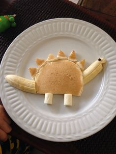 Kid-Friendly Stegosaurus Breakfast for your little dinos! This silly breakfast idea is just the thing for making things more fun. Try it today with just a few simple breakfast ingredients! Cute Snacks, Cute Food, Good Food, Yummy Food, Kid Snacks, Toddler Meals, Kids Meals, Toddler Food, Baby Food Recipes