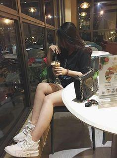 Ulzzang Korean Girl, Cute Korean Girl, Girl Photo Poses, Girl Photography Poses, Cool Girl Pictures, Girl Photos, Girl Hiding Face, Fake Girls, Uzzlang Girl