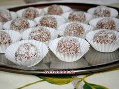 We bring you traditional recipe for coconut balls, which has two variations. Use leftovers of the cakes when you are baking or prepare them from the crushed sponge finger biscuits. Cooking Chocolate, Melting Chocolate, Chocolate Coconut Cookies, Coconut Balls, Types Of Desserts, Biscuit Mix, Coconut Recipes, Baking Cups, Balls Recipe