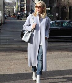A great coat is essential to your style. In this article I offer lots of tips on how to choose a coat and find the best winter coats for women! Long Beige Coat, Long Black Sweater, Black Faux Fur Coat, Best Winter Coats, Winter Coats Women, Coats For Women, Clothes For Women, Mode Mantel, Winter Stil