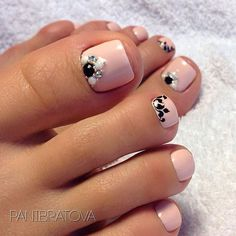 Fashionable pedicure - photos of new items, beautiful . Pretty Pedicures, Pretty Toe Nails, Sexy Nails, Fancy Nails, Pedicure Nail Art, Toe Nail Art, Fabulous Nails, Gorgeous Nails, Flower Toe Nails