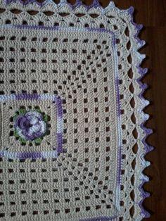 Confeccionado com barbante crú n 4/6 e barbante Barroco lilás multicolor    Confeccionado por Débora Macedo