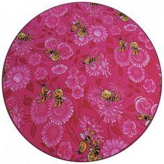 """Der Spielteppich Biene Maja ist der Lieblingsteppich vieler Kinder. Der Kinderteppich mit Biene Maja ist bunt, belebt jedes Kinderzimmer und verbreitet gute Laune. Wir bieten den Kinderteppich mit Biene Maja in drei kindergerechten Farbtönen an. Wahlweise ist der Spielteppich in einem frischen Grün, in einem satten Pink oder Blau erhältlich. Der Biene Maja Kinderteppich ist sowohl bei Jungen als auch bei Mädchen sehr beliebt und ein """"Renner"""" innerhalb unserer umfangreichen Auswahl an…"""