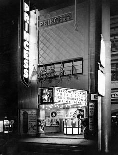 Opened in 1917 as the Princess Cinema, the cinema was renamed Le Parisien in 1963 and underwent a renovation in which its upper balcony was closed . Vintage Movie Theater, Vintage Movies, Vintage Pictures, Old Pictures, Neon Noir, Montreal Ville, Cinema Theatre, Photo Vintage, Canada Eh