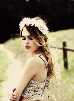Boho Fashion. Bohemian Style. Floral Crown. Daisies. Hippie Style. Festival Fashion
