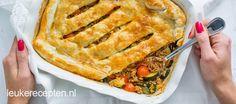 Lekker gehaktmengsel met groenten onder een knapperig dakje van bladerdeeg