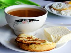 Auguae'panela con arepa y queso- Hot sugarcane drink with corn bread and fresh cheese. My Colombian Recipes, Colombian Food, Good Morning Coffee, Spanish Food, Coffee Quotes, Cilantro, Cornbread, Brunch, Diet