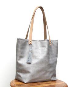 Sac cabas où shopping gris/beige en simili cuir diamond, anses en cuir naturel, grand pompon. : Sacs bandoulière par lounah