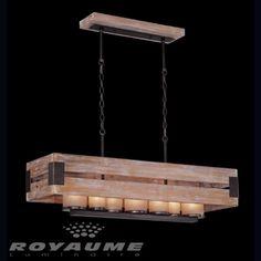 Luminaire suspendu de forme rectangle en bois avec accent en fer et verres ambres.