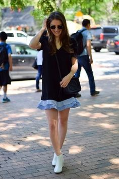 Tragen Sie ein Schwarzes Gerade Geschnittenes Kleid mit Rüschen für Drinks nach der Arbeit. Vervollständigen Sie Ihr Look mit Weißen Leder Stiefeletten.