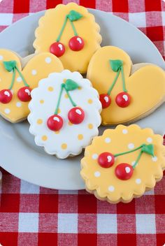 These cookies are beautiful! Decorated cookies with cherries and polka dots! Fruit Cookies, Cherry Cookies, Galletas Cookies, Iced Cookies, Royal Icing Cookies, Cookies Et Biscuits, Cupcake Cookies, Cookie Favors, Flower Cookies