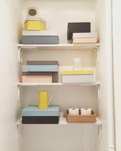 Récupérer des boîtes à chaussures en carton épais et les réveiller avec 2/3 couleurs assorties pour égayer les étagères des wawa