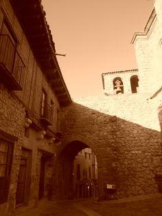 Arco de Arrebatacapas desde la Plaza del Mercado.