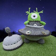 Alan the Alien and his Flying Saucer Spaceship door mojimojidesign