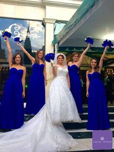 ¡Felices de publicar este hermoso #momentoCocoa ! Perla, te ves radiante junto con tus damas. En verdad te lo decimos, se ven felices, divertidas y muy guapas. Qué buena elección el color #azulroyal, y además los ramos se ven padrísimos combinados. Fue un honor poder ser parte de este momento y apoyarlas en el proceso de los vestidos de tus damas.  #damasdehonor #bridesmaids