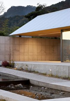 Residential Architecture, Amazing Architecture, Architecture Design, Houses On Slopes, Gable Roof Design, Delta House, Japanese Style House, Gable House, Underground Bunker