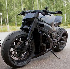 E a motoca Black fosca feroz que parece nervosa parada...