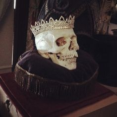 The dead King Hamlet, the skull represents his death and the crown his royalty. Shakespeare, Half Elf, Yennefer Of Vengerberg, Lady Macbeth, Mrs Hudson, The Rocky Horror Picture Show, After Life, Skull And Bones, Memento Mori