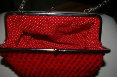 Interior de bolso de ganchillo forrado a mano.