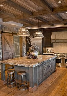 33 Nice Rustic Farmhouse Kitchen Cabinets Design Ideas - Country kitchen cabinets determine design in creating the distinctive character of each kitchen. Everyone loves the warmth of a country kitchen. Wood Kitchen, Rustic House, Farmhouse Kitchen Design, Rustic Farmhouse Kitchen, Rustic Kitchen Design, Beautiful Kitchens, Kitchen Style, Rustic Country Kitchens, Rustic Kitchen Cabinets