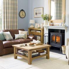 decoração de sala azul com sofa de couro