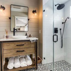 This walk in shower is a dream & just look at that tile! A little late night inspo from my friend @homebunch! ❤️