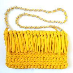 Bolso boho handmade de trapillo bandolera con flecos amarillo