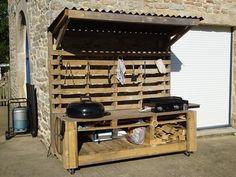 Cuisine d'extérieur mobile avec plancha et barbecue intégré entièrement fabriqué à la main et en palette. Casier pour ranger le bois et suspension pour accessoires. #palette #bois #handmade #homemade #barbecue #plancha