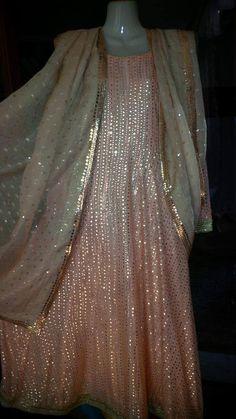 Kundan zari gold dupatta with gold kamdaani borders on a peach pishwaas. Meena Bazaar, Royal Indian, Black And White Scarf, Kamiz, Moroccan Caftan, Modest Wear, Engagement Dresses, Blouse Neck, Pakistani Designers
