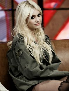 Omg can I steal her jacket please... love Taylor Momsen's style