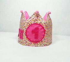 Corona de tela para celebrar el cumple de las princesas de las casa. #coronadetela #coronaaniversario #celebracion