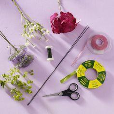 Die schönsten Sommerblumen haben sich hier zum Kranz verbunden: ideal für das nächste Sommerfest oder eine Hochzeit. Aber natürlich beeindruckt das Schmuckstück auch auf dem Esstisch oder als Türkranz.