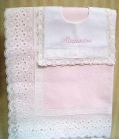Delicadas mantas de encaje para tu bebe. Disponible en rosa y azul.