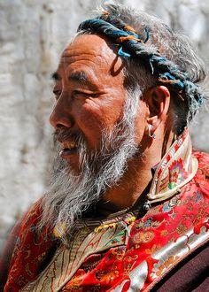 tibet-man-web.jpg (571×800) Homme du Tibet. Les tibétains ont leur pays le Tibet, ils ne sont pas chinois. Le Tibet a été envahis de force par la Chine en 1959 et jusqu'à présent le Tibet subit la dictature du gouvernement chinois. Génocide, goulag, prison, torture, meurtres, destruction du patrimoine culturel tibétain, interdiction de vivre la culture tibétaine et, destruction de l'écologie du Tibet.